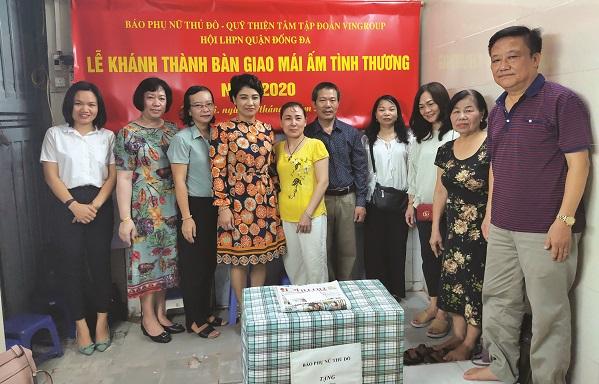 Các đại biểu động viên, chia sẻ và tặng quà cho gia đình bà Hoàng Thị Phương