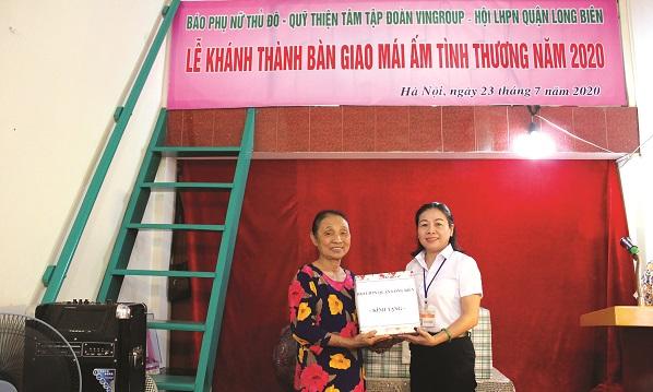 Hội LHPN quận tặng quà cho gia đình bà Nguyễn Thị Nhâm