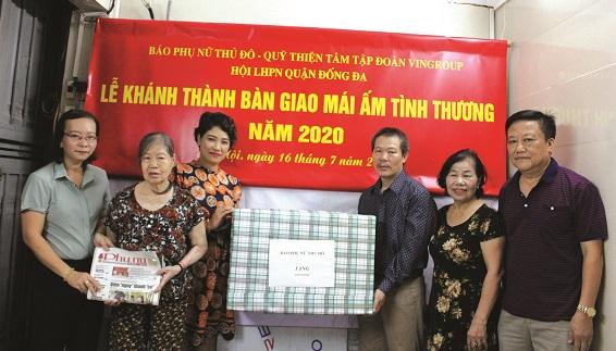 Bà Lê Quỳnh Trang - Tổng biên tập báo PNTĐ (người thứ 3 từ trái sang), cùng đại diện lãnh đạo Hội LHPN quận Đống Đa, phường Ô Chợ Dừa trao quà cho gia đình bà Hoàng Thị Phương - vợ liệt sỹ (người thứ 2 từ trái sang).