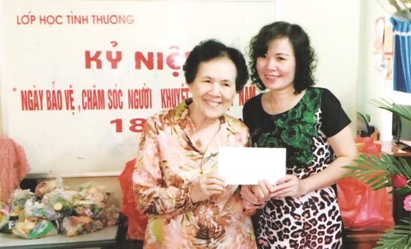 Tác giả bài viết (phải) và cô giáo  Đỗ Thị Thoa.