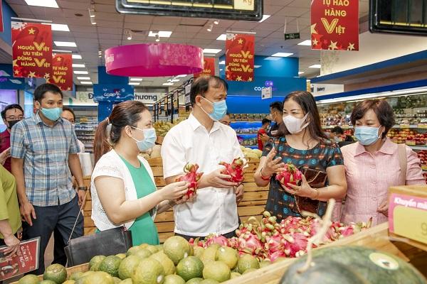 Thứ trưởng Bộ Công Thương Đỗ Thắng Hải kiểm tra hàng hóa dự trữ cho công tác phòng chống dịch tại siêu thị Co.opmart