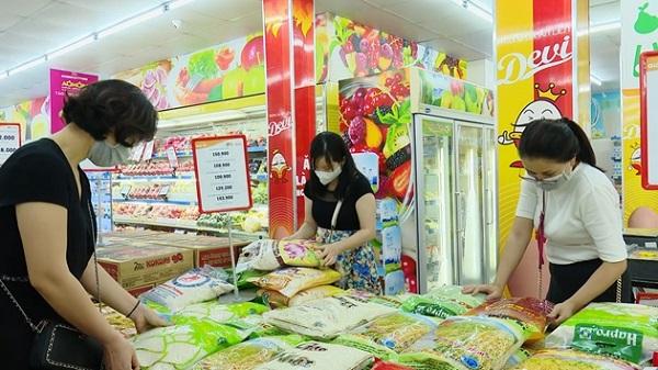 Người tiêu dùng chọn mua sản phẩm hàng hóa thương hiệu Việt