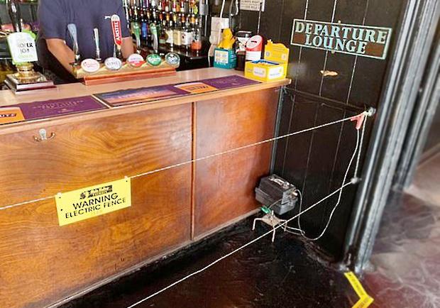 """""""Hàng rào điện"""" trong quán rượu buộc mọi người phải tuân thủ giãn cách xã hội"""