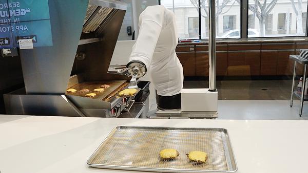 """Robot """"đầu bếp"""" Flippy - một giải pháp mới cho các nhà hàng trong mùa dịch COVID"""