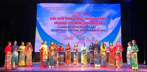 Trình diễn trang phục áo dài truyền thống trong chương trình giao lưu nghệ thuật ASEAN