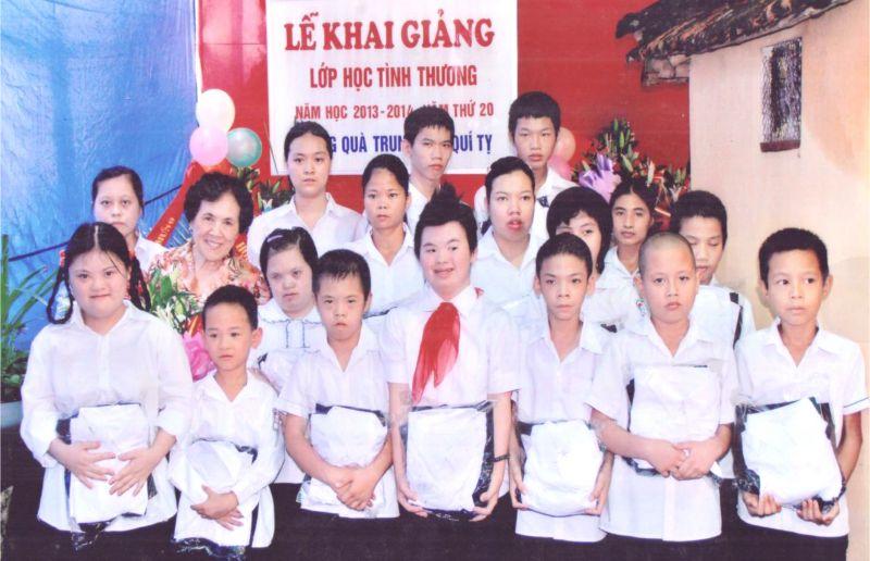 Cô giáo Đỗ Thị Thoa cùng các học trò trong Lễ khai giảng lớp học tình thương