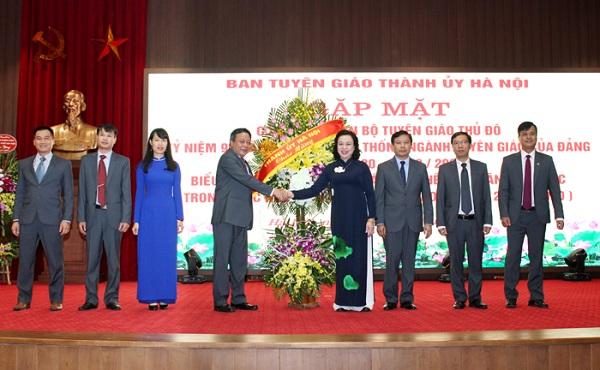 Phó Bí thư Thường trực Thành ủy Ngô Thị Thanh Hằng tặng hoa chúc mừng ngành Tuyên giáo Thủ đô