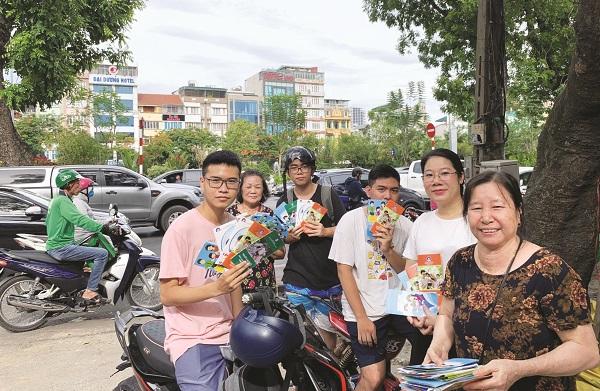 Các em học sinh tại phường Láng Thượng được phát tờ rơi tuyên tuyền nhằm hưởng ứng Ngày Dân số thế giới 11/7