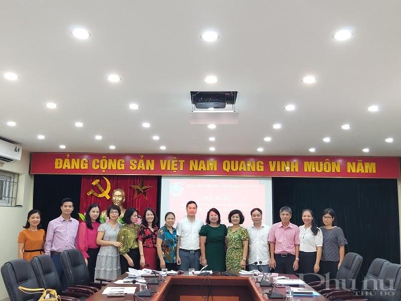 Các đại biểu  chúc mứng các thành viên Tổ tư vấn ra mắt hội nghị