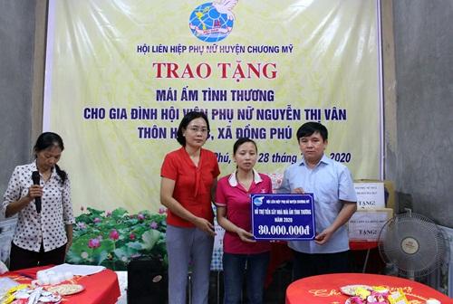 Chị Nguyễn Thị Vân  nhận tiền hỗ trợ  xây mái ấm tình thương của Hội PN
