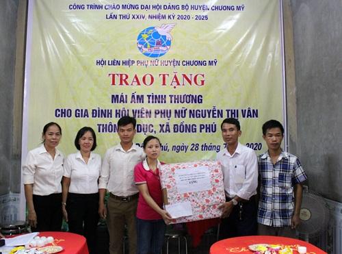 Trong ngày bàn giao nhà chị Nguyễn Thị Vân còn nhận được những phần quà hỗ trợ của các ban ngành đoàn thể xã tặng