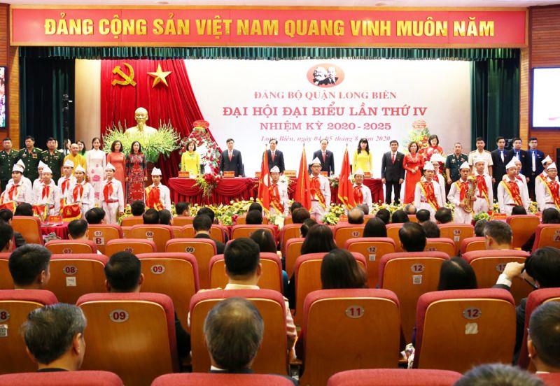 Đoàn đại biểu Mặt trận Tổ quốc và các tổ chức chính trị - xã hội quận Long Biên chúc mừng đại hội.