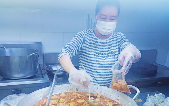 Hộii LHPN Phường Tây Thạnh (Tân Phú, TPHCM) nấu cơm phục vụ cho các hộ gia đình đang cạch ly. Ảnh Hội LHPN phường Tây Thạnh.