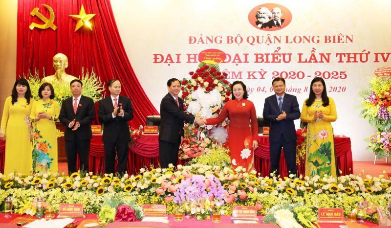 Phó Bí thư Thường trực Thành ủy Ngô Thị Thanh Hằng chúc mừng đại hội.
