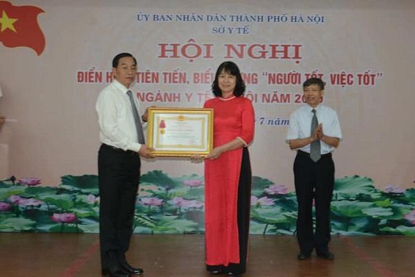 TS Nguyễn Thị Vân Anh vinh dự nhận Huân chương Lao động hạng Ba trao cho TTYT quận Hai Bà Trưng tại Hội nghị Điển hình tiên tiến, biểu dương NTVT ngành y tế năm 2020.