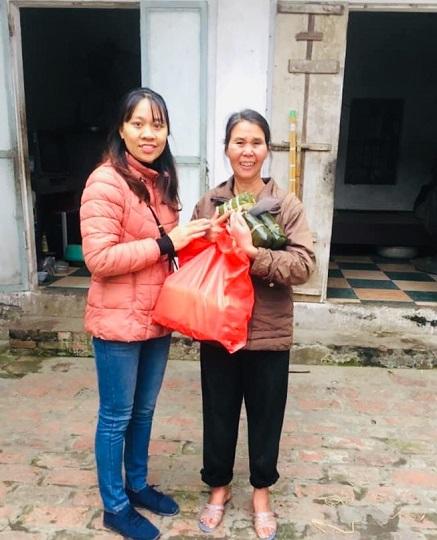 Chị Tạ Oanh Oanh (trái), Chủ tịch Hội LHPN xã Bình Minh trao quà từ thiện cho hộ nghèo