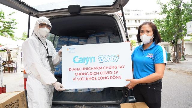 Trong sáng 4/8, đoàn xe hàng chở hàng trăm ngàn sản phẩm tã trẻ em và khăn ướt Bobby và tã giấy người lớn Caryn và Bobby tới các Bệnh viện tại Đà Nẵng.