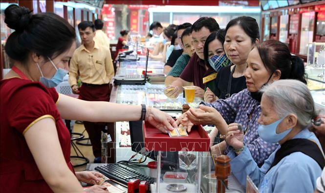 Khách mua bán vàng tại Công ty Kinh doanh vàng bạc Bảo Tín Minh Châu. Ảnh: Trần Việt/TTXVN
