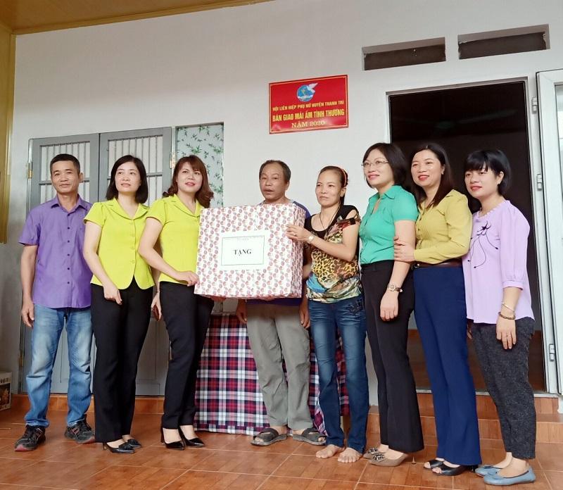 Các đồng chí Thường trực Hội Liên hiệp Phụ nữ huyện Thanh Trì tặng quà hội viên phụ nữ Nguyễn Thị Thúy