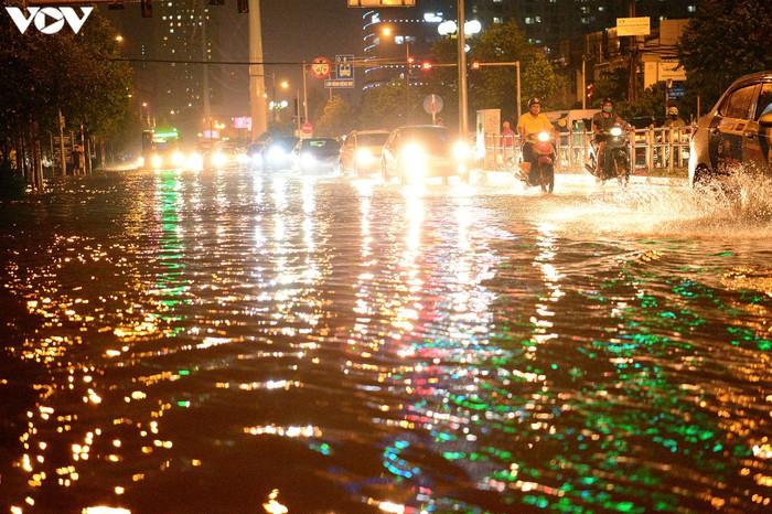 Do ảnh hưởng của rãnh áp thấp có trục Tây Bắc-Đông Nam kết hợp với hội tụ gió nên trong ngày 5/8, tại Hà Nội xảy ra mưa lớn, đặc biệt tập trung vào chiều và tối, lượng mưa có nơi lên đến hơn 100mm.