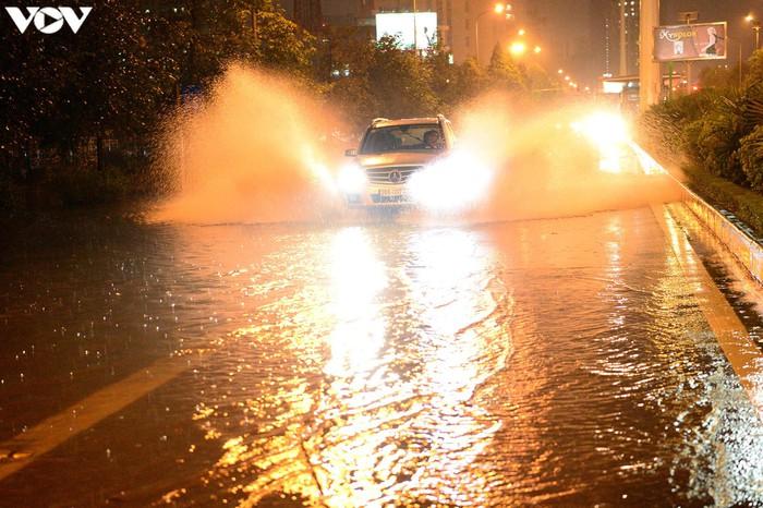 Nước mấy ngày qua tích tụ lại cộng thêm trận mưa tối 5/8 khiến cho các tuyến phố lớn nhỏ của Hà Nội ngập.