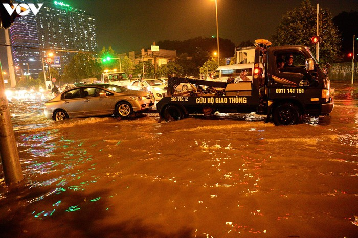 Ngập úng khiến nhiều phương tiện chết máy giữa đường.