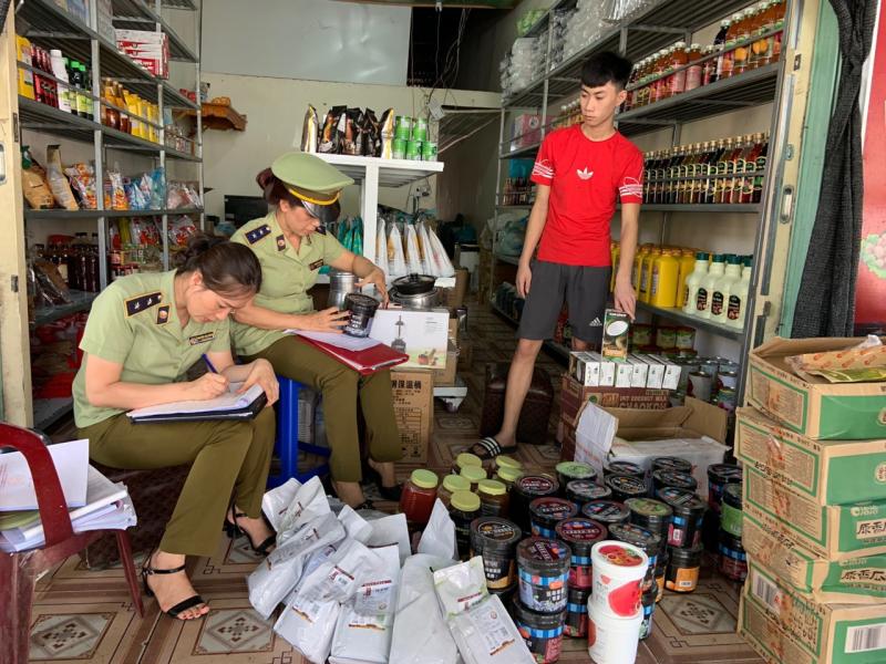 Đội QLTT số 1 tạm giữ  hàng hóa tại cơ sở Kẹo Food Hà Giang