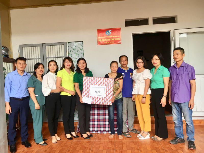 Đại diện lãnh đạo Mặt trận tổ quốc huyện và các Hội đoàn thể                                               tặng quà hội viên Nguyễn thị Thúy