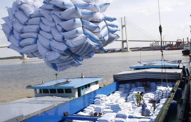 Bốc xếp gạo xuất khẩu tại cảng Sài Gòn. (Nguồn: TTXVN)