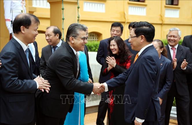 Phó Thủ tướng, Bộ trưởng Bộ Ngoại giao Phạm Bình Minh với các Đại sứ Palestine tại Việt Nam Saadi Salama, Trưởng Đoàn Ngoại giao tại Việt Nam dự Lễ Thượng cờ.