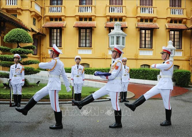 Lực lượng tiêu binh thực hiện nghi thức thượng cờ ASEAN.