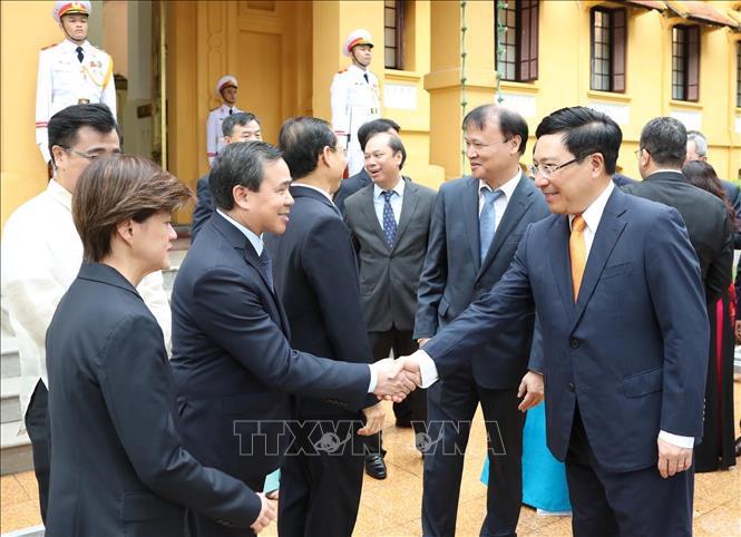 Phó Thủ tướng, Bộ trưởng Bộ Ngoại giao Phạm Bình Minh với đại sứ một số nước ASEAN tại Việt Nam dự Lễ Thượng cờ.