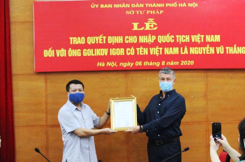 Phó Giám đốc Sở Tư pháp Hà Nội Phạm Thanh Cao trao Quyết định và chúc mừng ông Nguyễn Vũ Thắng đã được Chủ tịch nước Việt Nam cho nhập quốc tịch Việt Nam