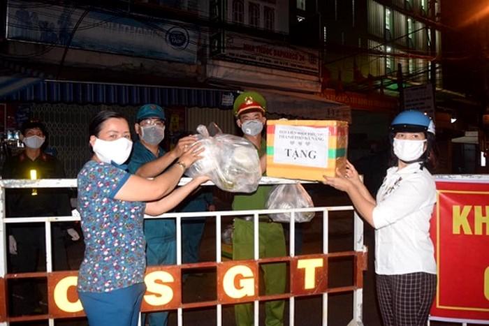 Hội LHPN thành phố Đà Nẵng thăm hỏi, động viên và tặng 100 bình sữa chua cho lực lượng trực đêm tại các điểm chốt