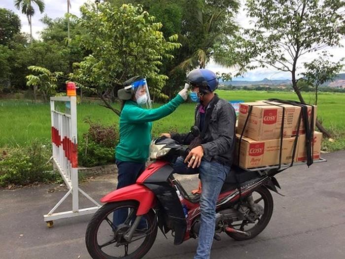 Phụ nữ xã Hòa Tiến, huyện Hòa Vang tham gia chốt kiểm dịch.