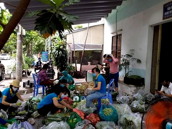Hội viên phụ nữ phường Hòa Cường Nam, các chị tiểu thương chợ Đầu mối cùng tham gia chuẩn bị 357 suất rau củ quả để tặng cho người dân khu vực cách ly thuộc phường Thạch Thang.