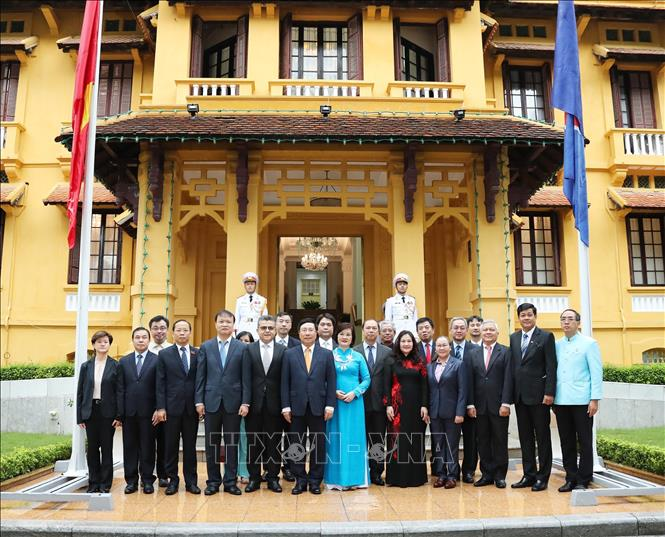 Phó Thủ tướng, Bộ trưởng Bộ Ngoại giao Phạm Bình Minh và các đại biểu dự Lễ Thượng cờ ASEAN.