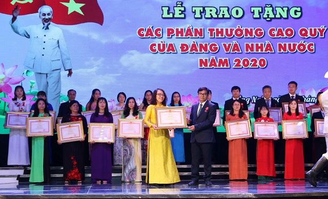 Ông Nguyễn Sơn Hùng, Phó Chủ tịch thường trực HĐND tỉnh Đồng Nai trao bằng khen cho bà Nguyễn Minnh Nguyệt, Giám đốc ngành hàng thực phẩm - đại diện Công ty Nestle' Việt Nam.
