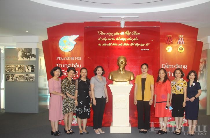 Các đại biểu chụp ảnh lưu niệm tại phòng truyền thống Hội LHPN Hà Nội