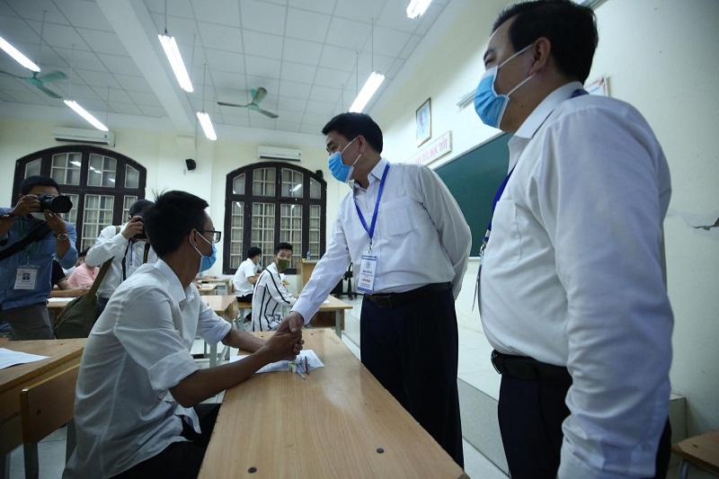 Đồng chí Nguyễn Đức Chung, Chủ tịch UBND Thành phố động viên thí sinh trước giờ thi
