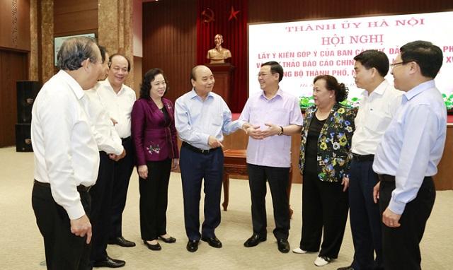 Thủ tướng Nguyễn Xuân Phúc trò chuyện với lãnh đạo Thành phố Hà Nội.