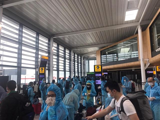 Công dân Việt Nam tại Anh và một số nước châu Âu làm thủ tục tại sân bay để lên đường về nước.