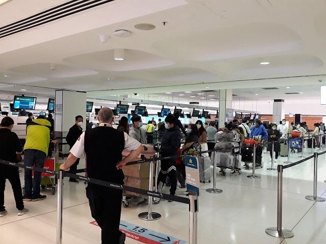 Công dân Việt Nam làm thủ tục tại sân bay để về nước phòng, chống dịch Covid-19.