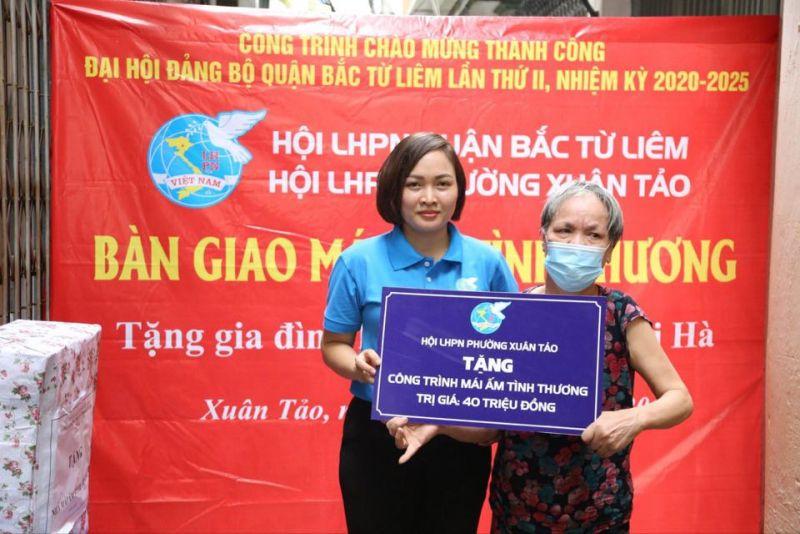 Chủ tịch Hội LHPN phường Xuân Tảo tặng quà cho bà Hà