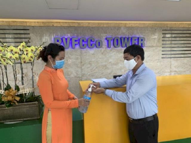 Tiến hành khử khuẩn khi vào làm việc tại toà nhà PVFCCo.