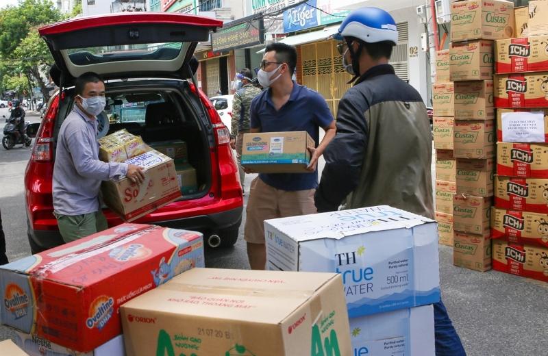 Người dân chuyển các nhu yếu phẩm thiết yếu ủng hộ đội ngũ y tế và bệnh nhân tại khu vực cách ly bệnh viện C Đà Nẵng.