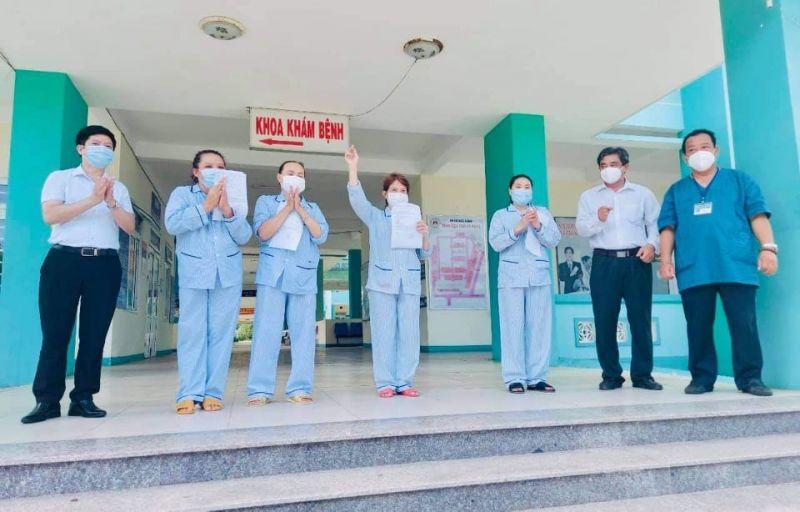 Bác sĩ BV Phổi Đà Nẵng chúc mừng các bệnh nhân được công bố khỏi bệnh.