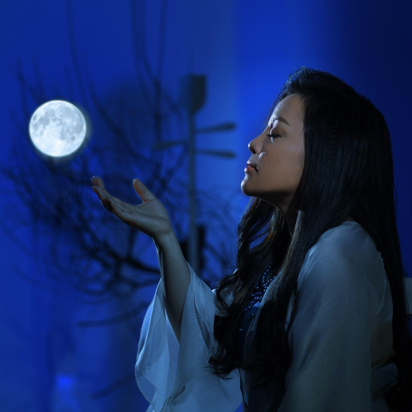 Với Tố Nga, phụ nữ cũng giống ánh trăng, bí ẩn mà đẹp vô ngần