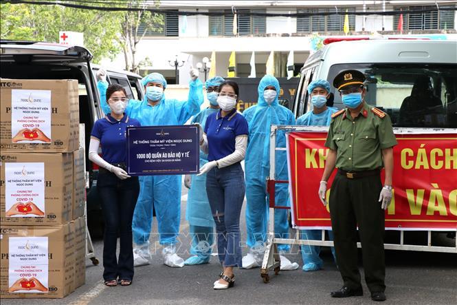Đại diện Văn phòng thường trú Báo Công an Nhân dân tại miền Trung và Hệ thống Thẩm mỹ viện Ngọc Dung trao tặng quần áo bảo hộ cho Bệnh viện Đa khoa Đà Nẵng.