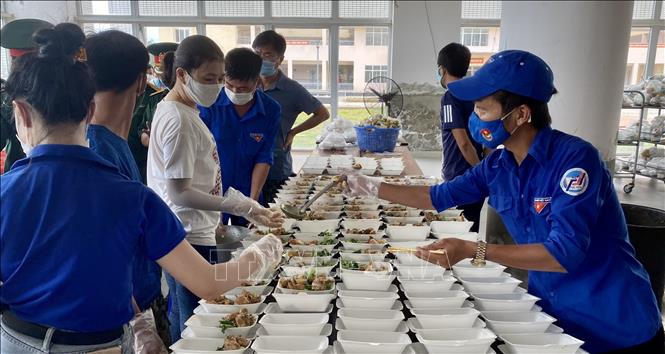 Đoàn viên, thanh niên huyện Phú Vang giúp đóng gói thức ăn tại Khu cách ly T3 tỉnh Thừa Thiên - Huế.
